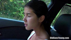 Image Novinha fudendo com o coroa velho no carro