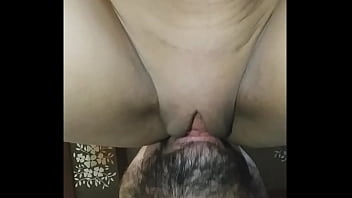 Chupando e cuspindo na rola pra chupar