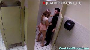 Image No banheiro do restaurante levando gozo na cara