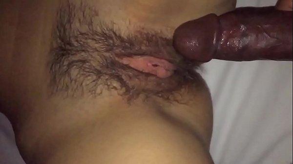 Deixando o roludo penetrar na sua buceta