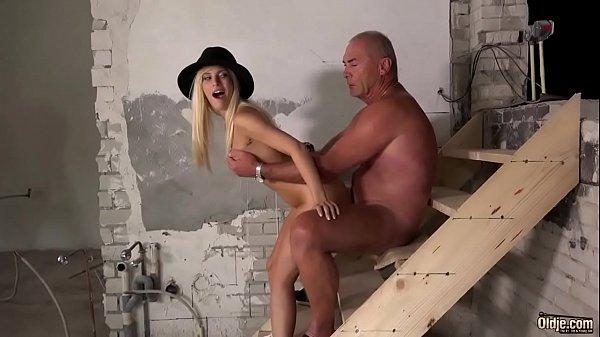 Gordo de pau pequeno broxou com a novinha