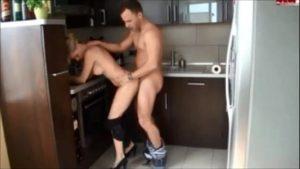 Image Flagras de porno da loira na cozinha