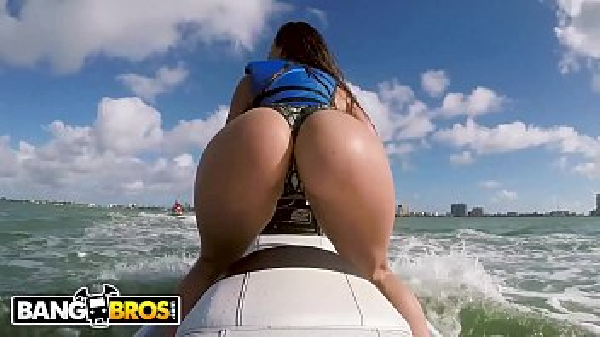 Mulher pelada andando de Jetski dando o cu no mar