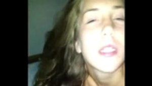 Image Xpornoplease com novinha gostosa fudendo sua buceta em video caseiro