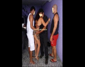 Image Putinha do sexlog transando com os amigos na festinha em fotos amadoras